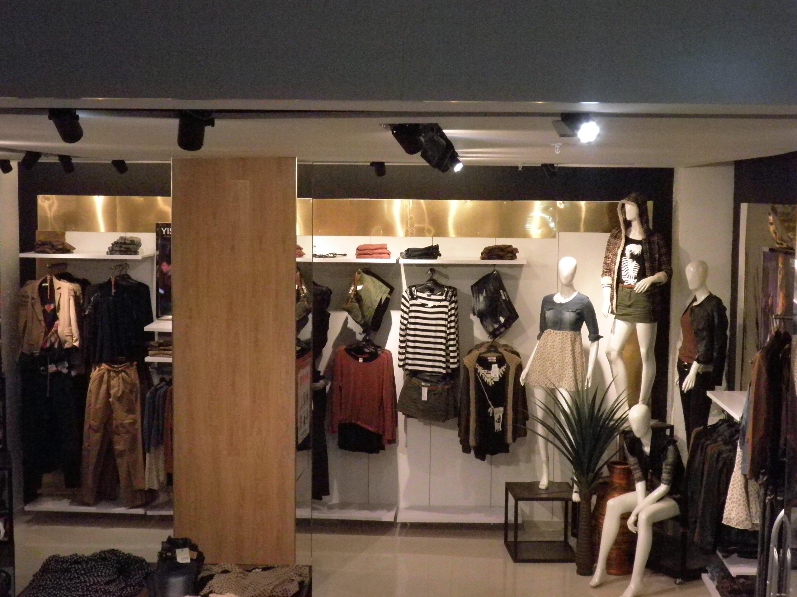 服装_汉街一服装品牌店模特客串衣架